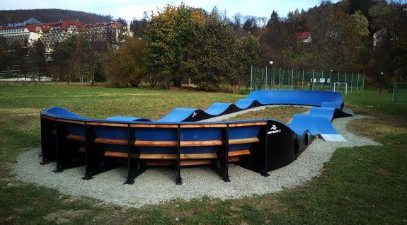 Pumptrack adattato per il longboarding